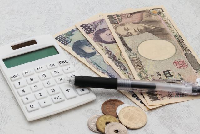 お金と電卓、ボールペン