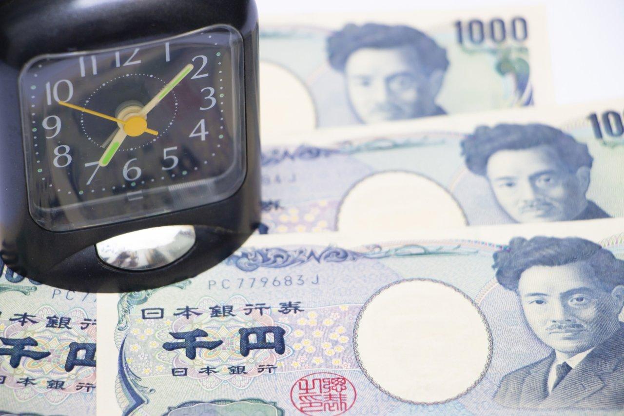 千円札と時計